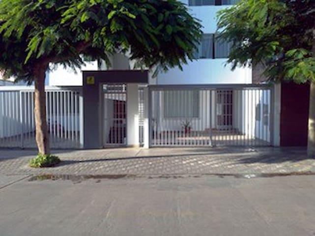 Bonito, grande y luminoso apartamento en San Borja - San Borja - Apartment