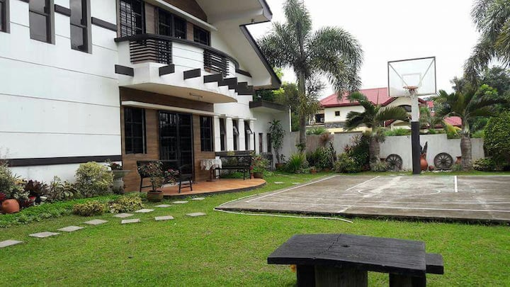 Tagaytay Transient House (White House)