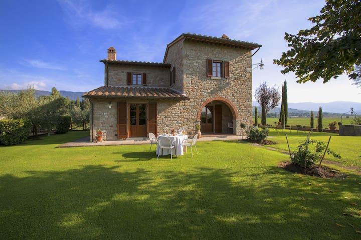Spaziosa villa a Cortona (Toscana) con piscina