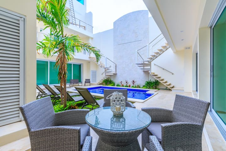 Stylish Poolside 1 BR Luxury Condo