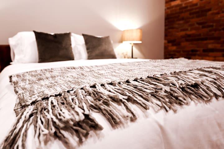 Bedroom 229 View2 / Queen Bed