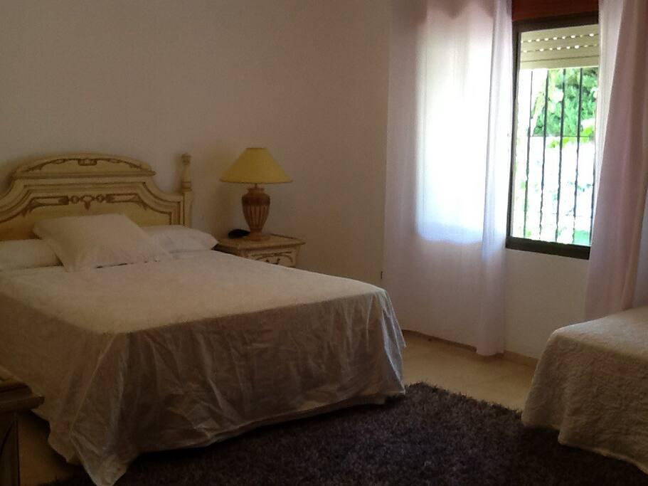 Chambre parentale avec lit de 150 et 1 lit  90  , dressing et accès à une grande salle de bain avec baignoire , douche