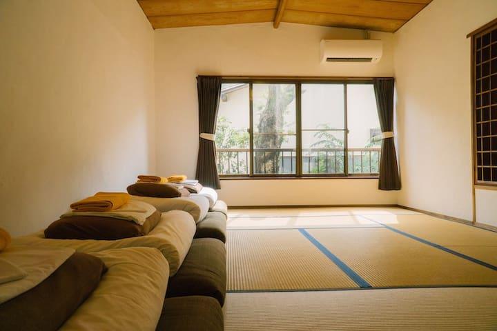 4名様用の和室となっております。 ご自身でお布団を敷いてご利用いただいております。