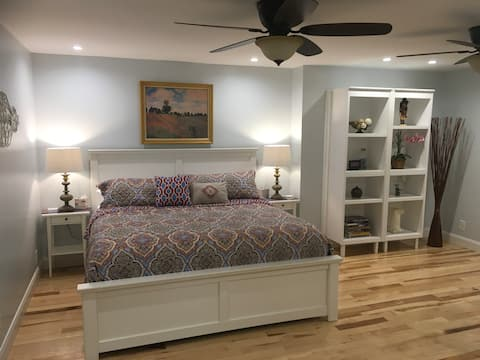 Suite with Private Entry — Kitchenette — King Bed