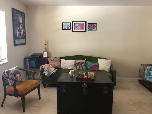 Cozy 1 bedroom. Walking distance to Wilton Dr.