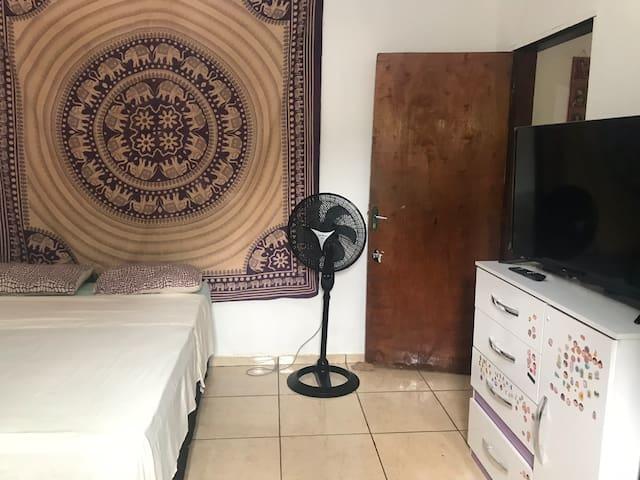 Quarto com cama de casal ortopédica,ventilador Britânia,tv tela plana,tem armários no quarto também