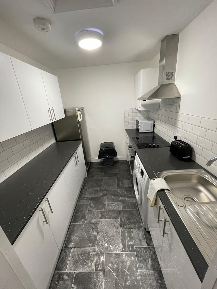 Large 4 bed apartment BEDFORD TOWN with PARKING