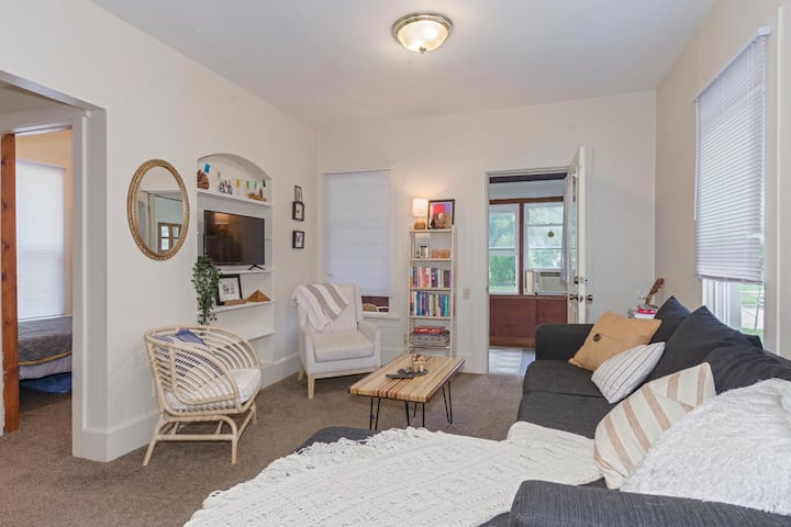 Beautiful and Cozy Bungalow in Uptown Normal!