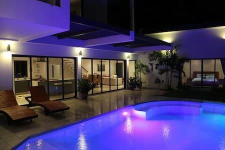 舒适宽敞宁静的两层4卧4卫游泳池别墅,普吉岛拉威海滩 - Rawai - Villa