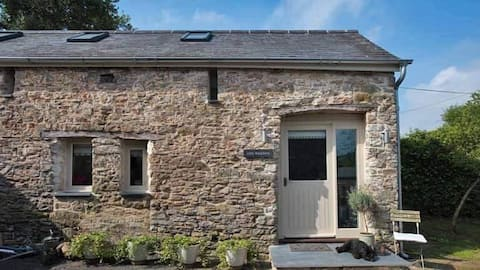 Luxury self-contained cottage for two with hot tub