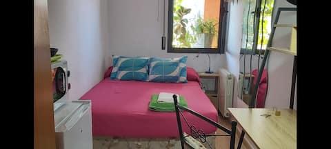 Comfortable and bright. Nearby Campo del BARÇA WIFI