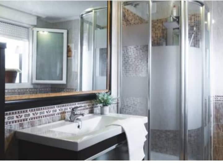 Habitación con baño privado .