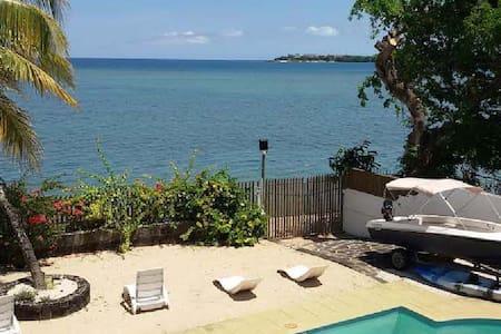BEACHFRONT SUPERIOR ROOM 2 - Port Louis - Villa