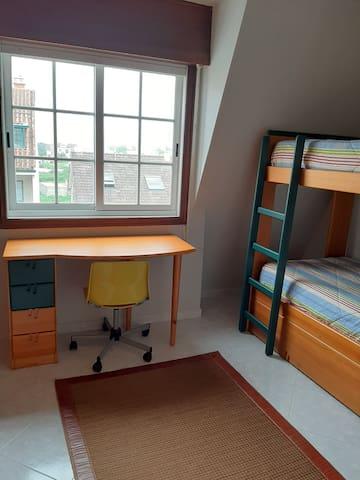 Habitacion con litera para 3 personas , 2 camas fijas y el tercer colchón sale de la parte baja de la litera