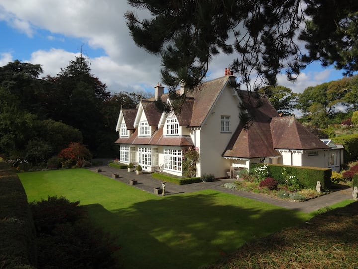 Cotleigh House - Luxurious 6 Bedroom Estate