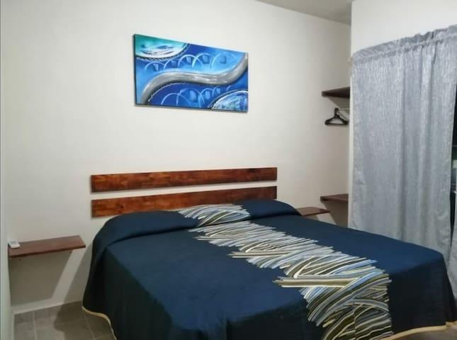 Habitación 2, cuenta con cama king size, armario y climatizada. Desde el balcón podrás disfrutar de un aire fresco, bellos amaneceres y una vista espectacular a la playa. (a 60 tms)