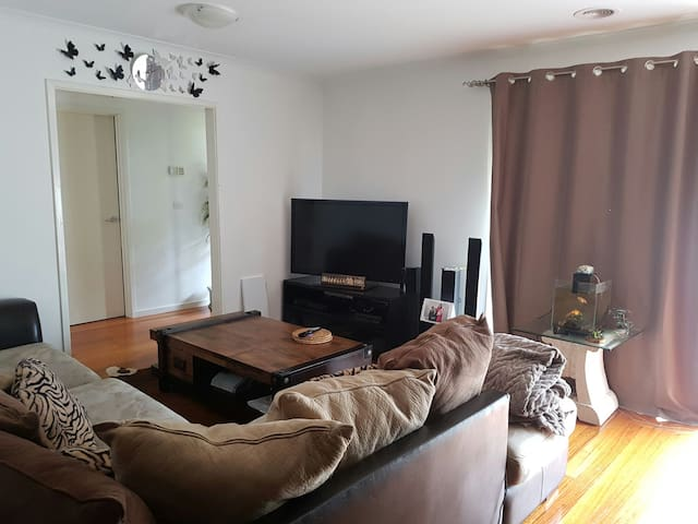 Rooms to share in a furnished House - Delahey - Wohnung