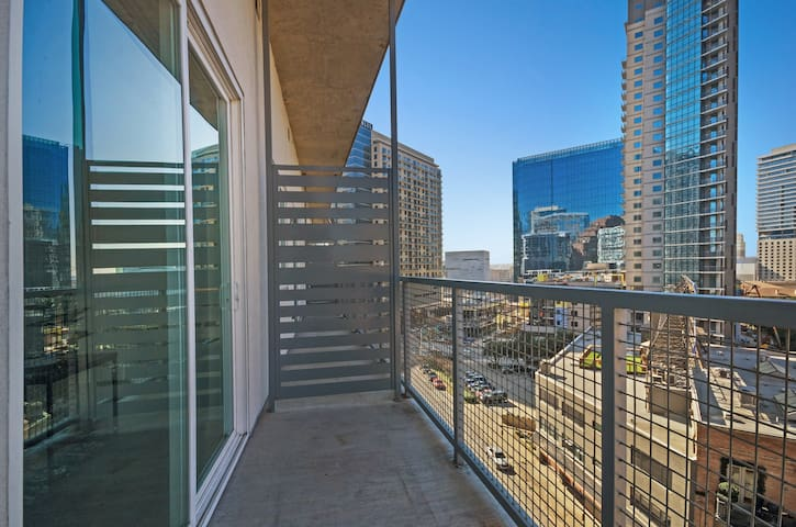Chic condo located in city center w/balcony, shared pool/gym
