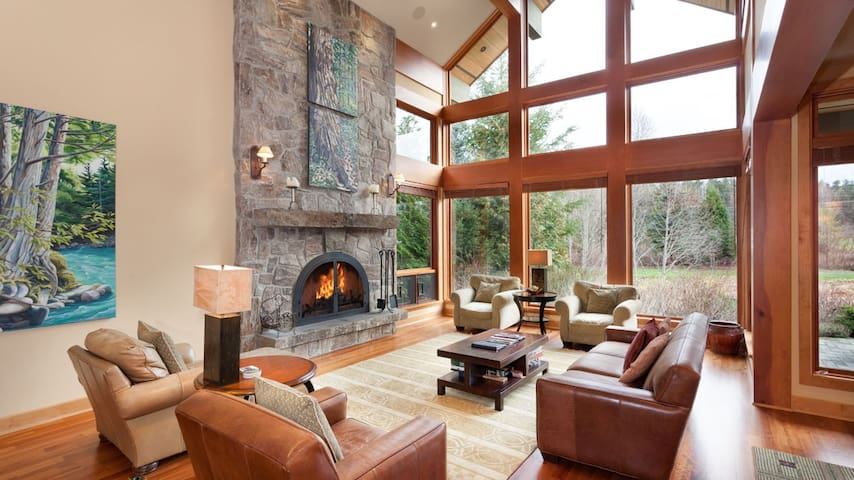 Grand 4-Bedroom Chalet, Hot-tub, Mountain Views