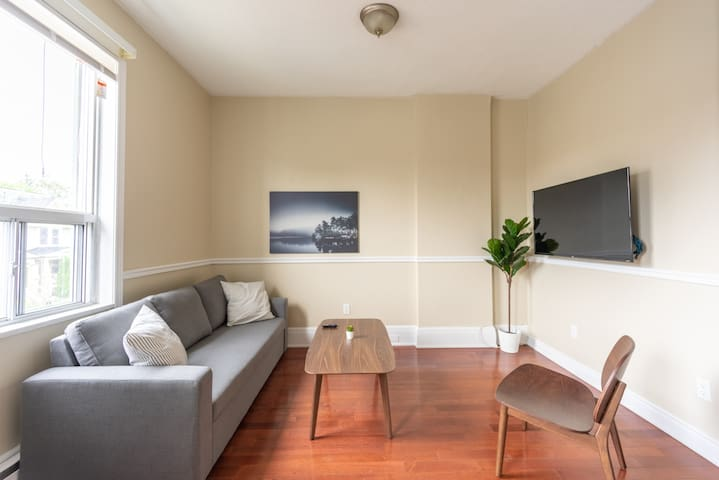 Convenient and Renovated 1.5BR/AC Next to Coxwell