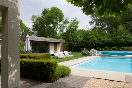 """De Boomkikker"" holiday house with swimming pool"