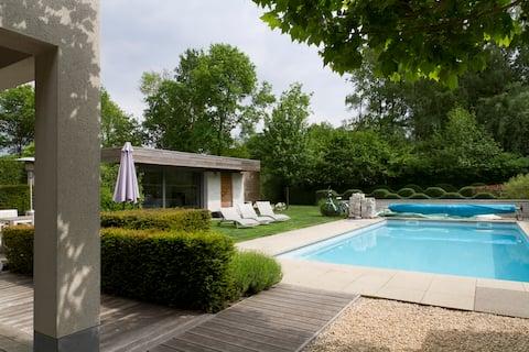 """De Boomkikker"" feriehus med svømmebasseng"