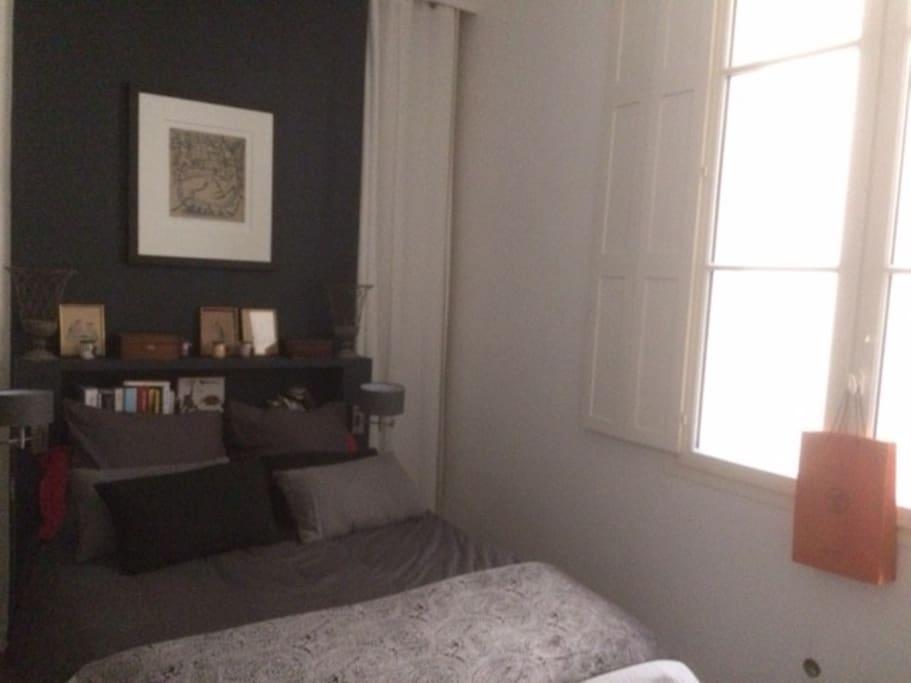 Chambre avec fenêtre donnant sur cour intérieure