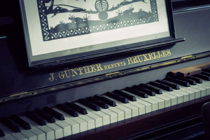 Local dans un atelier de piano