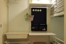 麻雀雖小一應俱全,書桌掛衣架以及各式置物空間,讓旅人在有限空間充分利用
