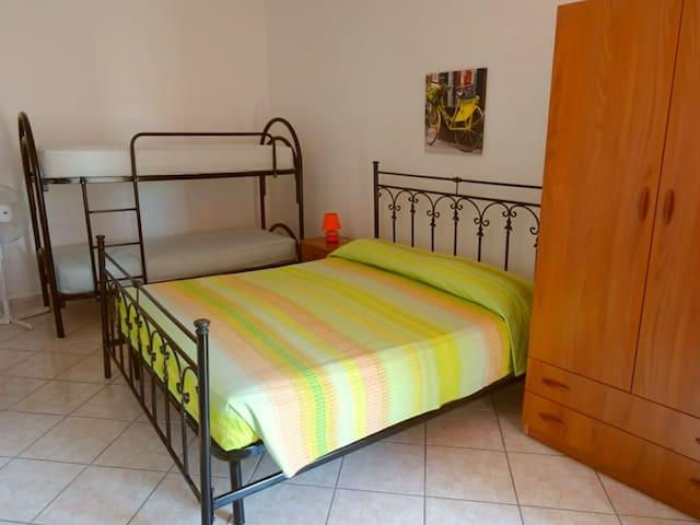 Camera da letto con letto matrimoniale, letto a castello e bagno privato