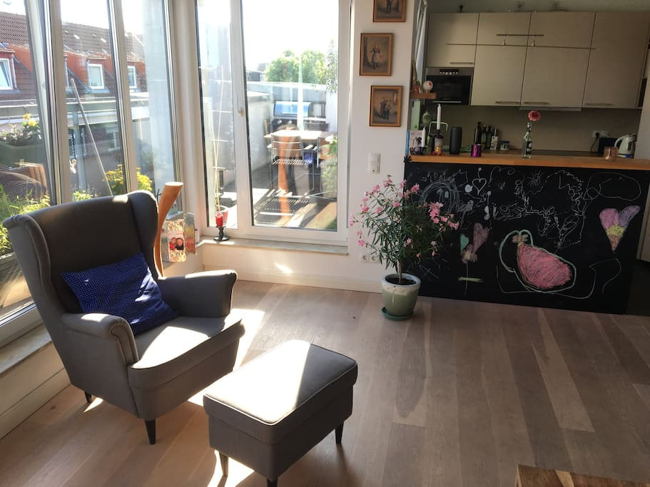 Offene Wohnküche mit Zugang zur Dachterrasse