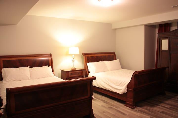 Bedroom 4/4 with two queen beds.