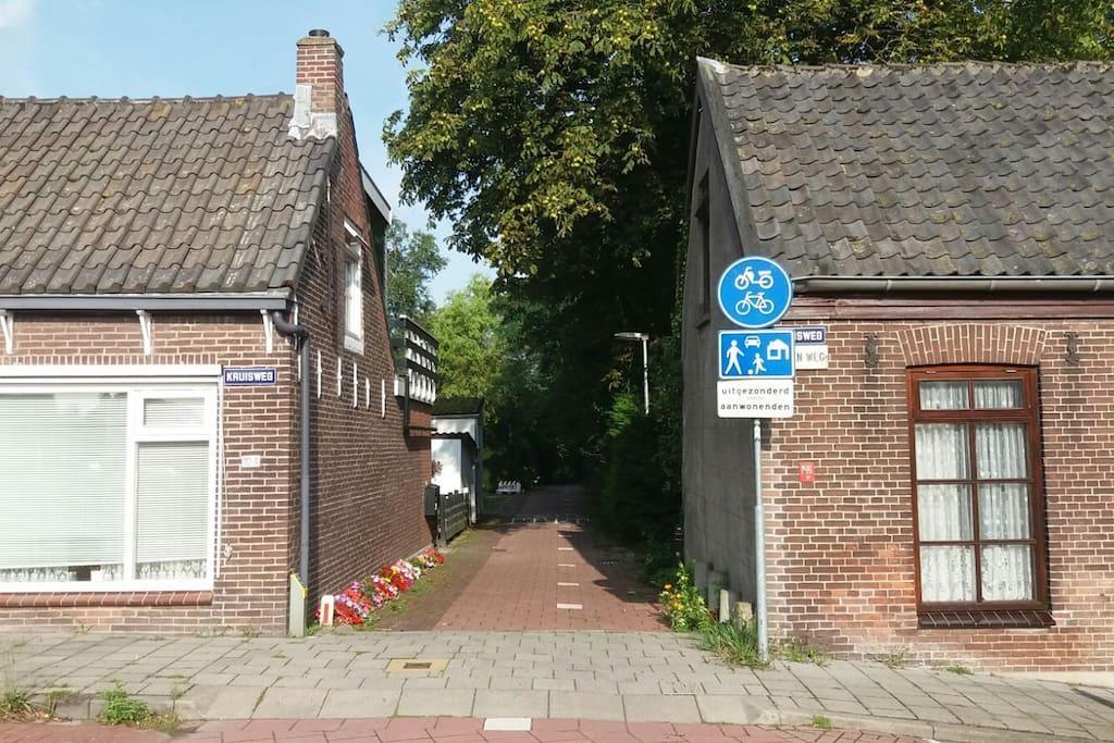 Toegangsweg naar de accommodatie (over fietspad, maar toegestaan voor bestemmingsverkeer)