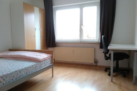 A simple furnished double room - Sindelfingen