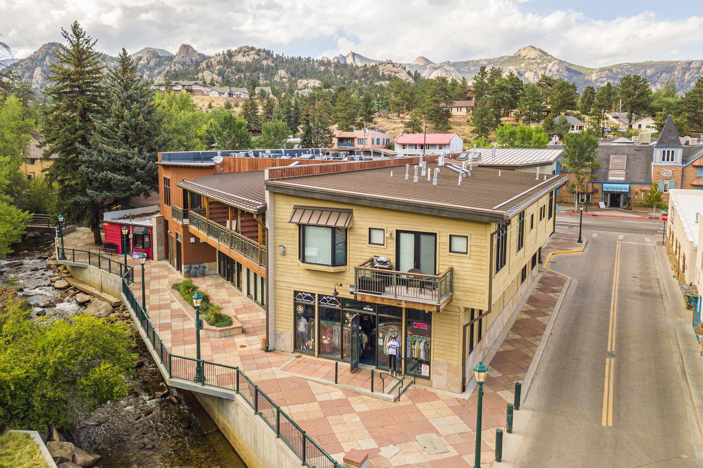 Spacious river front luxury loft! Steps from downtown restaurants and shopping! One of the nicest 1 Bedroom vacation homes in Estes!