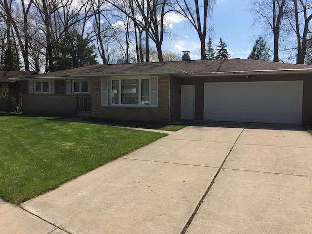 3 Bedroom House in Shadows of Lambeau Field!!!