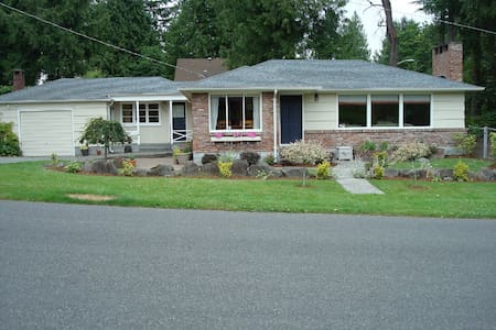 charming 2 bed, 1 bath house near UW - Seattle - House