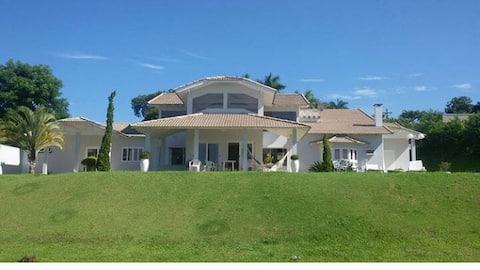 Magnífica vista e imponente casa na Represa