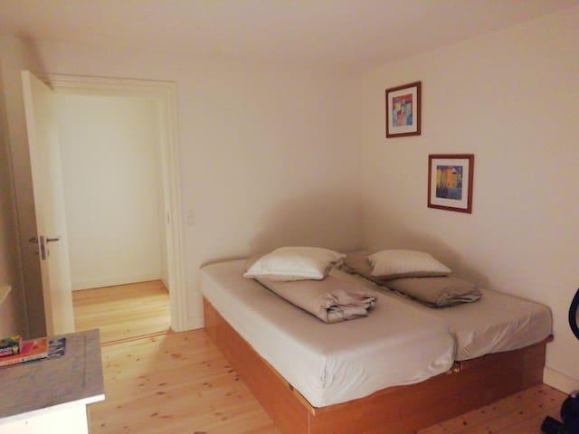 Hel lejlighed-perfekt beliggenhed med altan.