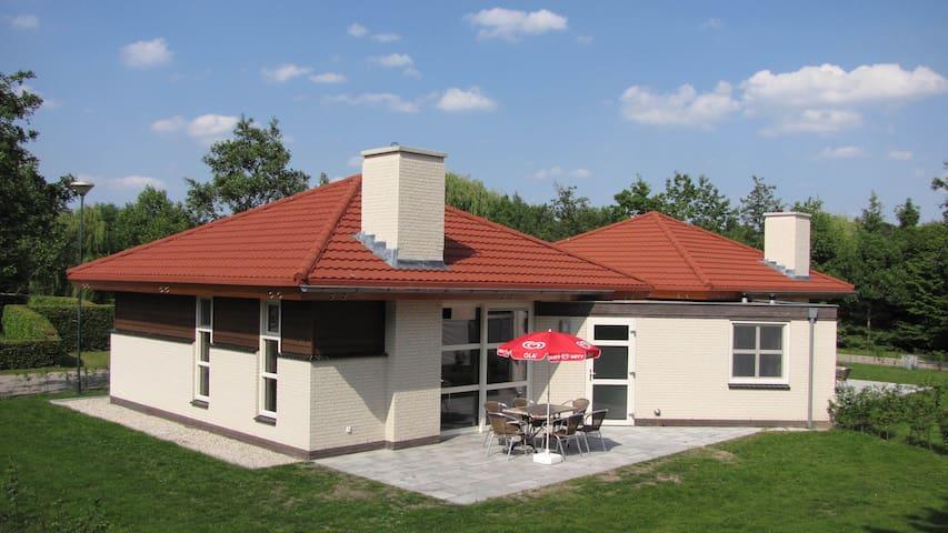 Moderne, luxe bungalow gelegen op rustig parc.