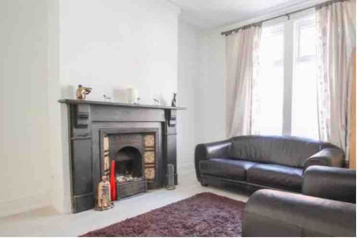 Cosy Period House with Free Parking and WiFi