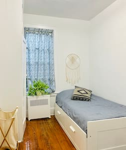 Cozy bedroom in  Astoria, minutes to Manhattan