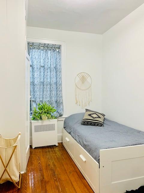 Cozy bedroom in  Astoria, minutes to Manhattan