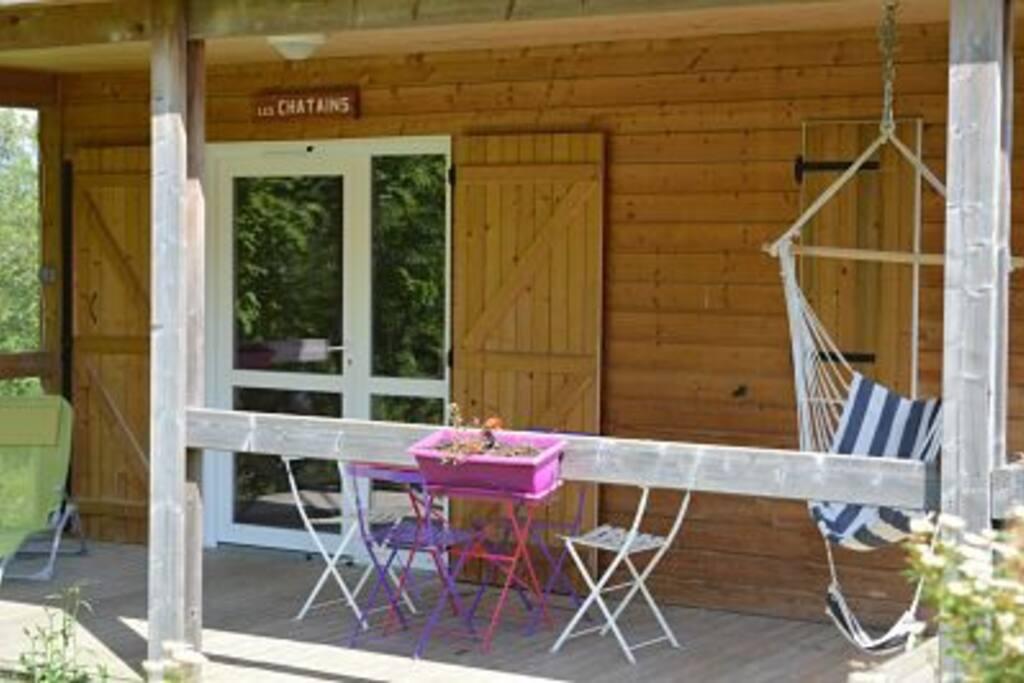 Terrasse couverte avec vue sur la dent de Crolles, transat, table et chaises