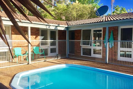 House with pool - dog friendly - Point Clare