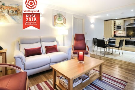 Luxurious 2 bed ground floor apartment + parking
