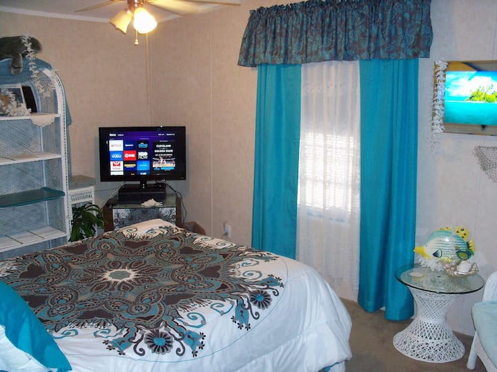 Queen Bed, Private Bath, Easy to Death Valley HDTV