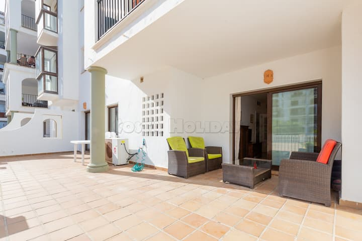 2 bedroom ground floor with huge and sunny terrace, Wi-Fi, pool, paddel court, access to the beach, 24h security service