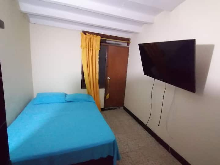 Casa de 2 habitaciones, 2 baños, cocina, lavadora.