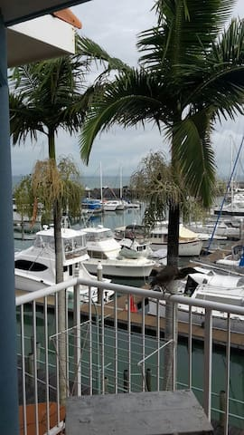 3 bedroom  waterfront apartment - Urangan - Flat